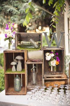 Otros elementos que puedes utilizar para la decoración son viejas cajas de madera, coloca diversos objetos dentro, unas cuantas flores o velas y listo