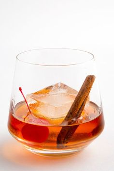 Whiskey Cocktails That Will Warm You Up This Winter Try a Maple Bourbon Old-Fashioned for when you're feeling classy. Whiskey Cocktails, Classic Cocktails, Cocktail Drinks, Cocktail Recipes, Drink Recipes, Bourbon Recipes, Cocktail Ideas, Bourbon Drinks, Winter Cocktails