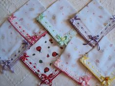 fralda de boquinha dirvesas estampadas para o dia a dia 35cm x35 cm, com acabamento em crochê e detalhes em passa fita( valor unitário)