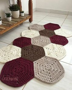 Diy Crafts - This week I missed this rug that I simply .- Essa semana bateu uma saudade desse tapete que eu simplesmente amei fazer! Crochet Mat, Crochet Rug Patterns, Crochet Carpet, Crochet Motifs, Crochet Home, Crochet Stitches, Tatting Patterns, Knit Rug, Doily Rug