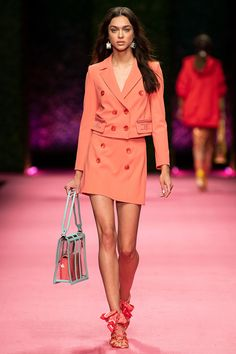Living Coral: Introducing The Pantone Color For 2019 Coral Fashion, Love Fashion, Fashion Show, Fashion Outfits, Fashion Tips, Fashion Design, Fashion Trends, Fashion Stores, Coral Moda
