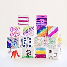 АРТ-ГАЛЕРЕЯ НА КУБИКАХ Старые деревянные кубики, в которые дети уже не играют, можно превратить в мини-галерею. Предложите детям на каждой грани кубиков нарисовать какое-нибудь произведение искусства. Все зависит от возраста детей, конечно, и степени их увлеченности художественным творчеством. На гранях можно рисовать в стиле конкретных художников, можно рисовать определенные объекты, можно рисовать в разных техниках. Что можно делать с готовыми кубиками? Играть. Украшать полочку.