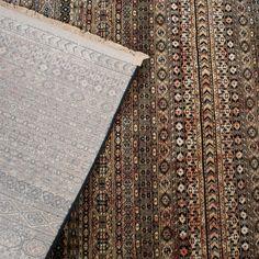 Beland in Oosterse sferen met dit Dutchbone Shisha Vloerkleed! Het traditionele patroon, de kleuren en de franjes aan het uiteinde hebben een warme uitstraling. Bovendien is hij ook nog warm aan je voeten! Daar creëer je een knusse woonkamer mee!