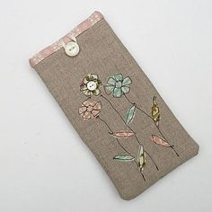 A pretty Glasses Case. Made from Pure Irish Linen. Freehand Machine Embroidery, Free Motion Embroidery, Machine Embroidery Designs, Ideas Prácticas, Sewing Appliques, Patch Quilt, Glasses Case, Free Sewing, Fabric Flowers