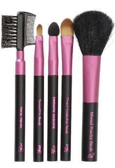 Stay gorgeous on the go with this set of handy makeup brushes. It's got everything you need for emergency touch-ups. It Cosmetics Brushes, Eyeshadow Brushes, Makeup Brushes, Cosmetic Brushes, Mothers Day Presents, Mother Day Gifts, Brow Brush, Makeup To Buy, Foundation Brush