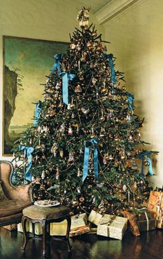 Trad Tree from Southern Accents Nov-Dec '06,  Not usually a fan of blue on a tree but I like this.