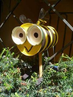 Abeille avec une boite de conserves. 17 personnages rigolos à fabriquer pour votre jardin