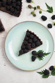Rezept für eine Schokoladentarte mit Brombeeren, klassische Schokoladentarte, cremiger und fruchtiger Sommerkuchen, perfekt zum Sonntagskaffee oder als Dessert