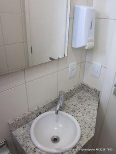 Sala Comercial com 78m², 2 vagas de garagem, BWC para deficientes. espaço planejado para clínicas, Florianópolis SC Vitrine Imobiliária (48) 3226-7890.
