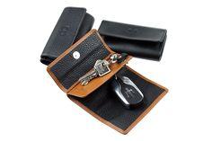 Schlüsseletui mit 2 Separationen zur getrennten Aufbewahrung Ihrers Auto/Funkschlüssels und Ihrer Hausschlüssel. Sie haben Ihre Schlüssel so schnell und kompakt zur Hand, ohne dass der Autoschlüssel durch die Hausschlüssel verkratzt werden kann. Die Lederschlaufen des Schlüsselringes und des Karabiners sind mit einem Kugelkopf in einer Clickhalterung befestigt und können so schnell mit einem Griff entfernt und wieder befestigt werden. H A N D M A D E   I N   G E R M A N Y