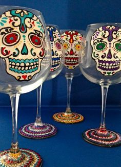 Vasos de vino para mi! Sugar Skull Art, Sugar Skulls, Memento Mori, Custom Wine Glasses, Decorated Wine Glasses, Sharpie Art, Craft Markets, Engraved Gifts, Before Us
