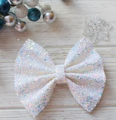 fabric bow tutorial Every bow may look different due to pattern variations. Colors may appear different due to differences in resolution on your computer screen. Photos are taken wi Fabric Hair Bows, Diy Hair Bows, Diy Bow, Bow Hair Clips, Fabric Bow Tutorial, Hair Bow Tutorial, Diy Leather Bows, White Hair Bows, Bow Template