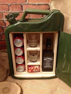 Love this mini bar made out of upcycled petrol canister Xmas Gifts, Diy Gifts, Diy Birthday, Birthday Gifts, Jerry Can Mini Bar, Cadeau Surprise, Man Cave Gifts, Ideias Diy, Corporate Gifts