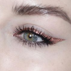 metallic coppery eyeliner on upper lash line