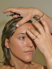 Mit den Fingern - Workshop: ein perfekter Teint Step by Step - Ich trage das Produkt von den Wangen bis zu den Nasenflügeln auf. Die Nase lasse ich aus, denn hier schwitzt man am meisten. Anschließend trage ich das Make-up unter den Augen auf – aber niemals auf den Augenlidern...