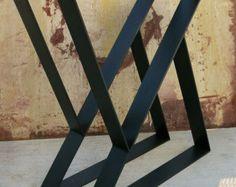 Dieser moderne Tisch Bein Design ist einfach und dennoch sehr Modern. Sie sind in der Form eines Trapezes und die untere Breite ist etwa 6 Zoll kleiner als die obere Breite.  Obere Breite ist 24 oder kann kleiner sein, wenn angefordert. Tischbeine bestehen aus 3 x 1/4  Flachstahl Stahl.   Finish-Optionen, die im Preis enthalten sind: -Natürliche Stahl (Rost anfällig!) -Rote Grundierung -Flach schwarz  Aufpreis für Finish und müssten durch benutzerdefinierte Reihenfolge erworben werden…