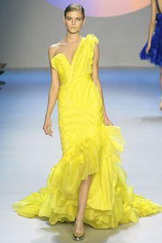 Un tocco di giallo nei vestiti