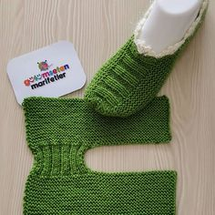 Easy Knit Christmas Slippers Free Knitting Pattern - Her Crochet Knitting Designs, Knitting Patterns Free, Free Knitting, Knitting Socks, Baby Knitting, Free Crochet, Knit Crochet, Two Needle Socks, Crochet Boots