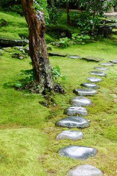 濡れ飛石、竹林寺、高知 Wet Stepping Stones, Kochi