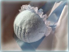 Baby bonnet with eyelet cable in the back~~ En lana, perlé y angora para bebé: octubre 2014 Tricot Baby, Baby Bonnets, Heirloom Sewing, Baby Princess, Baby Booties, Baby Wearing, Baby Hats, Baby Knitting, Baby Dress