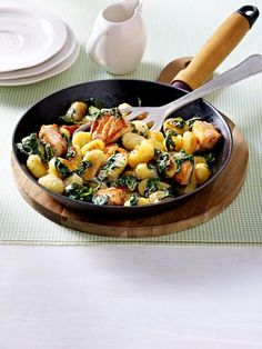 Gnocchi pan with salmon cubes spinach and lemon sauce lecker Spinach Recipes, Fish Recipes, Healthy Recipes, Recipies, Gnocchi Recipes, Delicious Dinner Recipes, One Pot Meals, Good Food, Healthy Eating