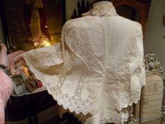 Camisa 1890-1900 o capa de algodón con encaje suizo todo manual etnografía u otros