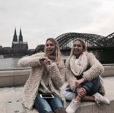 Lisa and Lena will travel round the world! I hope they go to your county. Sisters Goals, Bff Goals, Soul Sisters, Friend Goals, Besties, Bestfriends, Lisa Or Lena, England Fashion, Gal Pal