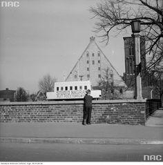 W oddali: studio nagrań płyt pocztówkowych, Wielki Młyn i wieża kościoła św. Katarzyny. Danzig, Travelling, Louvre, Building, Historia, Buildings, Construction