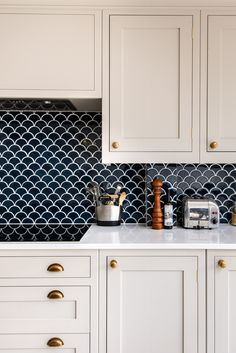 For their bespoke kitchen in London, our clients chose these absolutely gorgeous scalloped navy tiles for their splashback! These are available from our Pantry in 4 different colours as well as a new marble version for a spa like aesthetic. Kitchen Splashback Tiles, Kitchen Flooring, Backsplash, Kitchen Soffit, Kitchen Counters, Art Deco Kitchen, Kitchen Design, Kitchen Board, Scallop Tiles