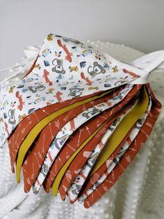6 meter lange vlaggenlijn met 14 vlaggetjes van dubbele stof in brique, okergeel en witte tinten. Bed Pillows, Pillow Cases, Brick