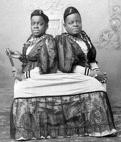 On July the conjoined twins Millie and Christine McCoy were born into slavery in Columbus County. Bright, engaging, and talented, the twins soon attracted the notice of legendary cen… Conjoined Twins, Human Oddities, Foto Real, Vintage Circus, Vintage Twins, Creepy Vintage, Gordon Parks, Thing 1, Fauna