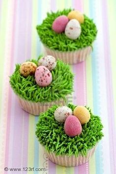 "This would be so amazing to make for easter, ""Marlo's""  Easter  cupcakes."