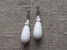Earstuds / Ørestikkere. White dangle earstuds made of steel and gemstone. www.bulowssmykker55.amioamio.com