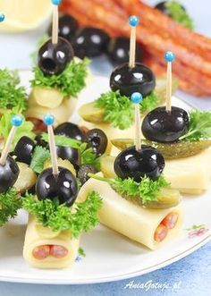 Koreczki z kabanosem - Trend Girls Party 2019 Holiday Appetizers, Appetizer Recipes, Aperitivos Finger Food, Charcuterie Recipes, Party Food Platters, Food Decoration, Party Snacks, Creative Food, Food Presentation