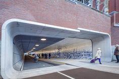Cuyperspassage est un tunnel pour piétons et cyclistes imaginé et réalisé par le studio d'architecture Benthem Crouwel.Cet édifice relie le centre-ville a