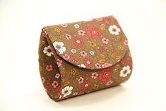 Bolsinha de mão feita de papelão é linda e pode ser feita em vários estilos diferentes.