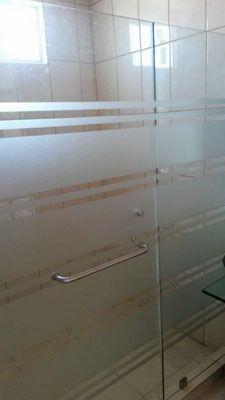 Nuestros canceles para baño en vidrio templado y en aluminio  cuentan con una amplia gama de  diseños en esmeril, en modelos abatibles, en escuadra y corredizos son totalmente seguros y con acabados de lujo completamente sellados para garantizar nuestro trabajo.