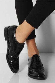 derbie femme chaussure de couleur noir et pantalon mi court noir