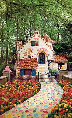 The candy house from the Hansel and Gretel fairytale Hansel And Gretel House, Hansel Y Gretel, Candy Store Design, Candy House, Fairytale Cottage, Theme Halloween, House Drawing, Fantasy Landscape, Images Google