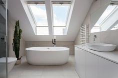 Badezimmer auf dem Dachboden  realisierter Traum  freistehende Badewanne  Dachfenster  alles weiß  viel Tageslicht  Blickfang - Kaktus