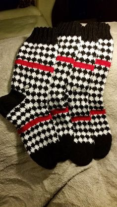 Fair Isle Knitting, Knitting Socks, Knit Socks, Woolen Socks, Marimekko, Knit Or Crochet, Knitting Projects, Mittens, Cross Stitch
