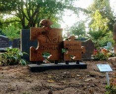 Houten grafmonument van inlands eiken in de vorm van puzzelstukken. Uniek project waar ik veel voldoening uit gehaald heb. Firewood, Texture, Crafts, Surface Finish, Woodburning, Manualidades, Handmade Crafts, Craft, Crafting