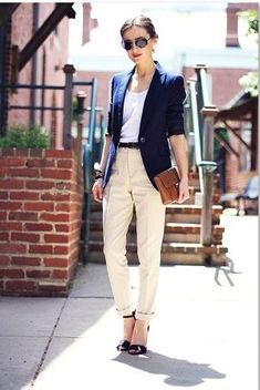 アイボリー色センタープレスパンツでキッチリ感を出したコーデ。働く女性タイプのキャリア系コーデ。スタイル・ファッションの参考に♪