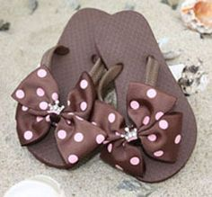 Flip flops with brown and pink polka dot bows.fun to change out the bows with your outfit or swim suit Ribbon Flip Flops, Decorating Flip Flops, Beaded Shoes, Kids Slippers, Crochet Shoes, Do It Yourself Home, Pink Polka Dots, Pink Brown, Girly Things