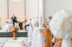 Dekoration für die Kirche und der Kirchenbank mit Tüll und Kerze. Foto: http://weddings.lauramoellemann.de