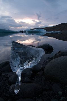 Un lago saturado de icebergs, en Islandia (Jökulsárlón)