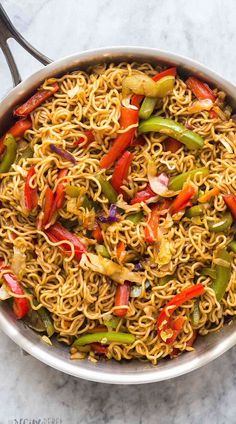 This Vegetable Lo Mein is made with 6 ingredients and packed with flavor! Easily customizable to your tastes and made it 20 minutes! With step by step recipe video below. Pasta Recipes Video, Vegetarian Recipes Videos, Asian Recipes, Cooking Recipes, Healthy Recipes, Vegetarian One Pot Meals, Casserole Recipes, Soup Recipes, Dinner Recipes