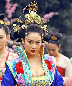 The Empress of China (simplified Chinese: 武媚娘传奇) is a 2014 Chinese television drama based on events in and Tang dynasty, starring producer Fan Bingbing as the titular character Wu Zetian—the only female emperor in Chinese history. Wu Zetian, Geisha, Traditional Fashion, Traditional Dresses, Oriental Fashion, Asian Fashion, Asian Woman, Asian Girl, The Empress Of China