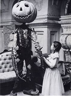 Return to Oz. This movie creeped me out when I was a kid, but I loved it. Tartaglione He sure looks like Jack Skellington! Retro Halloween, Halloween Fotos, Vintage Halloween Photos, Holidays Halloween, Happy Halloween, Halloween Decorations, Halloween Stuff, Halloween Scene, Halloween Images