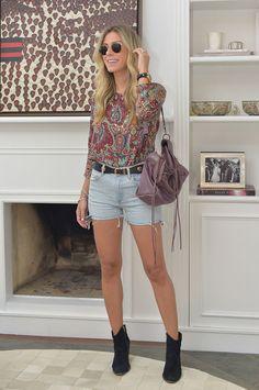 Nati Vozza do Blog de Moda Glam4You dá dica de look boho com botinha e bolsa de franjas.